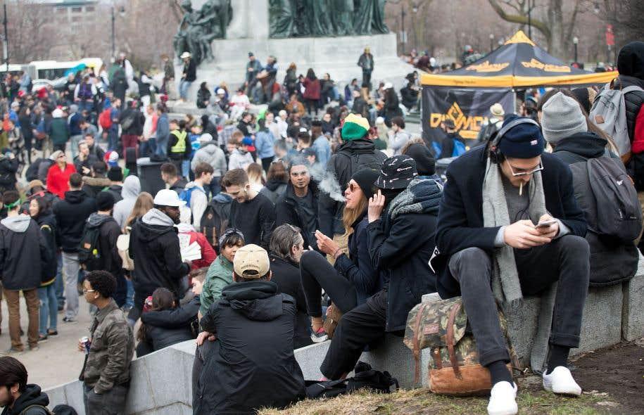 À Montréal, au pied du mont Royal, comme dans plusieurs villes au pays, notamment à Ottawa, les partisans de la légalisation de la marijuana se sont réunis jeudi, comme tous les 20avril, pour fumer un joint.