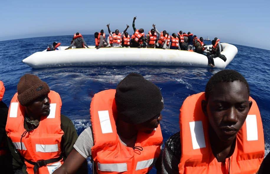 Quelque 8500 migrants ont été secourus au large de l'Italie pendant le week-end de Pâques, mais selon des survivants, une centaine d'autres aurait perdu la vie.