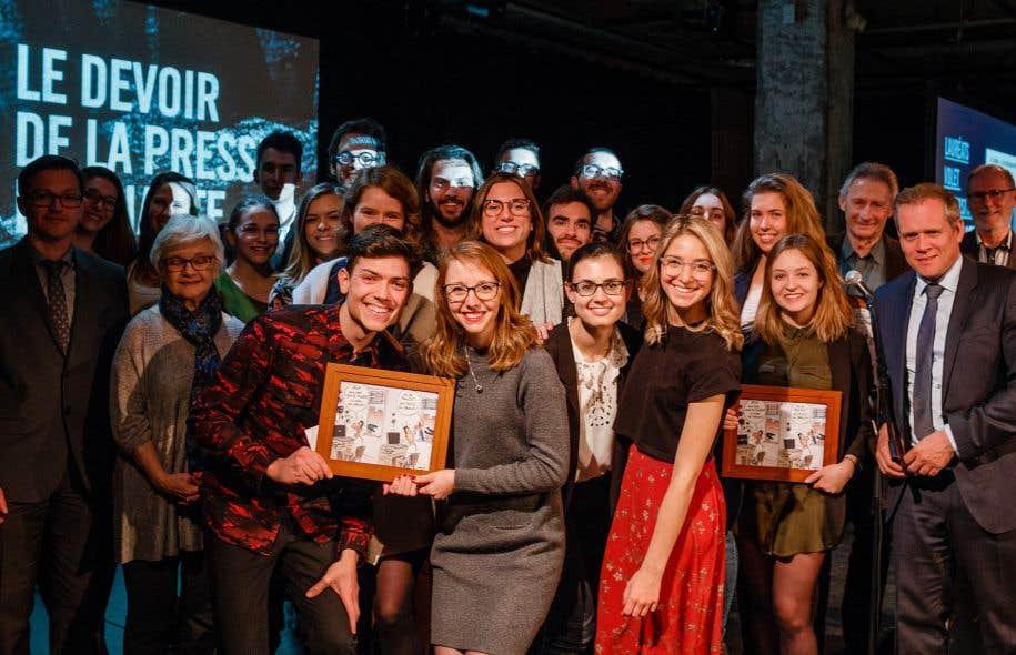 Les gagnants de l'édition 2017 du concours «Le Devoir de la presse étudiante» en compagnie du directeur du <em>Devoir</em>, Brian Myles (à droite)