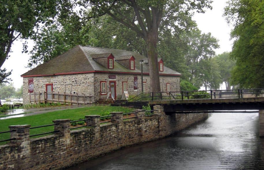 Le lieu historique du Commerce-de-la-Fourrure-à-Lachine, construit en 1803, est l'un des rares témoins restants de l'époque où Montréal fut «le centre organisateur du commerce des fourrures».