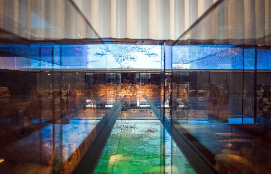 On ne voit qu'une partie des fondations, peut-être 30%. Tout est blanc, calme, ouvert et éclairé dans la salle du musée Pointe-à-Callière.