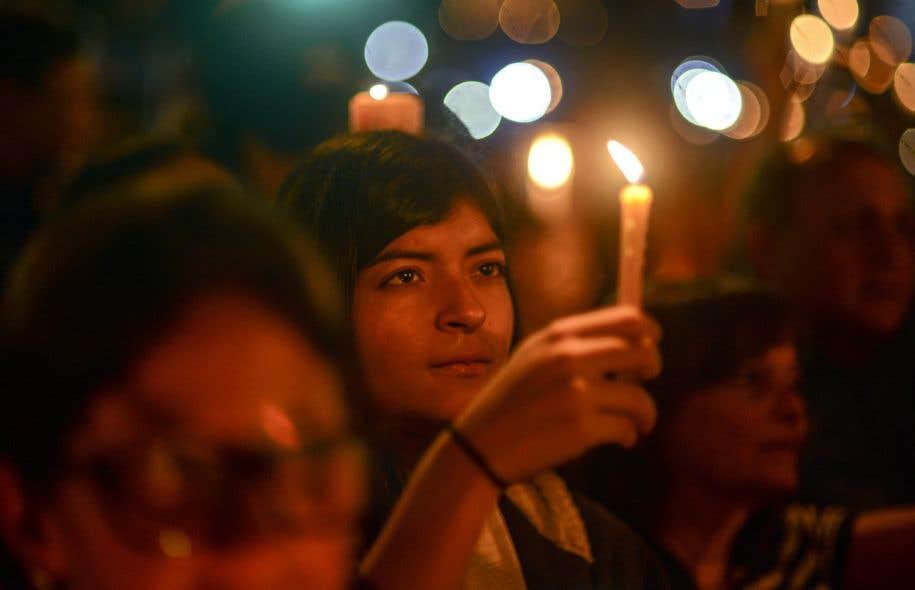 Des militants de l'opposition brandissent des bougies pour protester contre la mort de 43 personnes lors des affrontements avec la police pendant des semaines de manifestations contre le gouvernement vénézuélien de Nicolas Maduro, à Caracas.