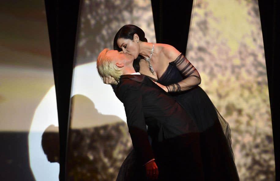 La maîtresse de cérémonie d'ouverture du 70e Festival de Cannes, Monica Bellucci, a beaucoup fait parler d'elle — et de sa robe —, mercredi, notamment en embrassant langoureusement l'acteur français Alex Lutz.