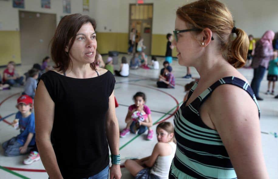 Les enseignants de l'école Rose-des-Vents se sentent abandonnés par leur syndicat, qui refuse de renouveler une entente permettant les classes formées d'élèves de trois niveaux, expliquent les enseignantes Nathalie Lussier et Claudia Aubry.