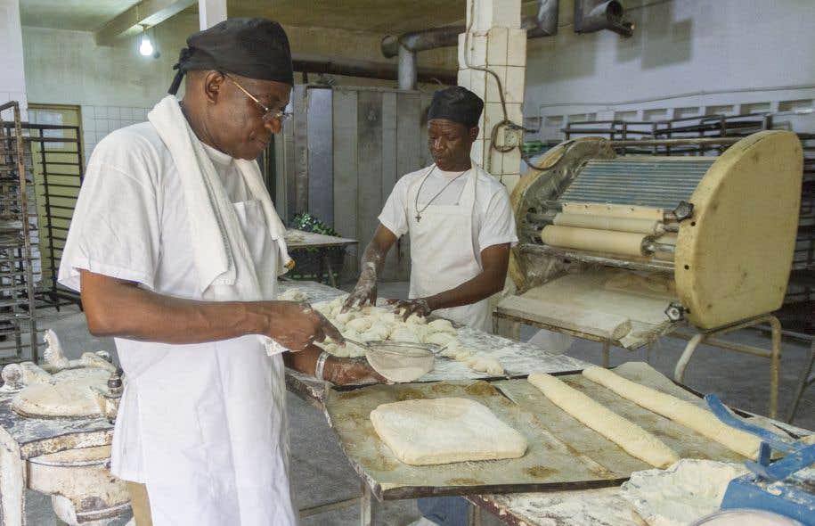 Bonaventure Boma (à gauche) a commencé en travaillant pour un salaire dérisoire de 250francs CFA (0,57 $CAN) par jour. Quasiment le prix d'une de ses baguettes aujourd'hui.