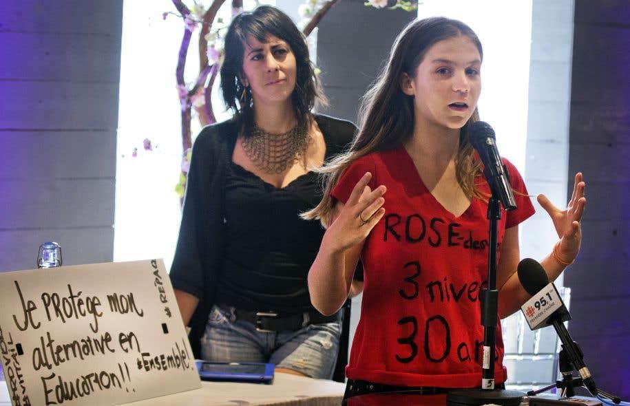 Des écoliers et des parents de l'école Rose-des-Vents ont manifesté lundi leur désir de conserver leurs classes à trois niveaux.