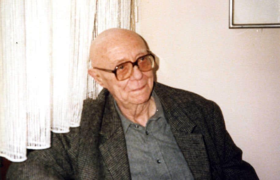 L'écrivain belge Louis Scutenaire dans sa maison de la rue de la Luzerne à Bruxelles