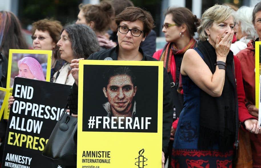 Une centaine de manifestants ont démontré leur soutien à Raif Badawi vendredi soir à la station de métro Mont-Royal.