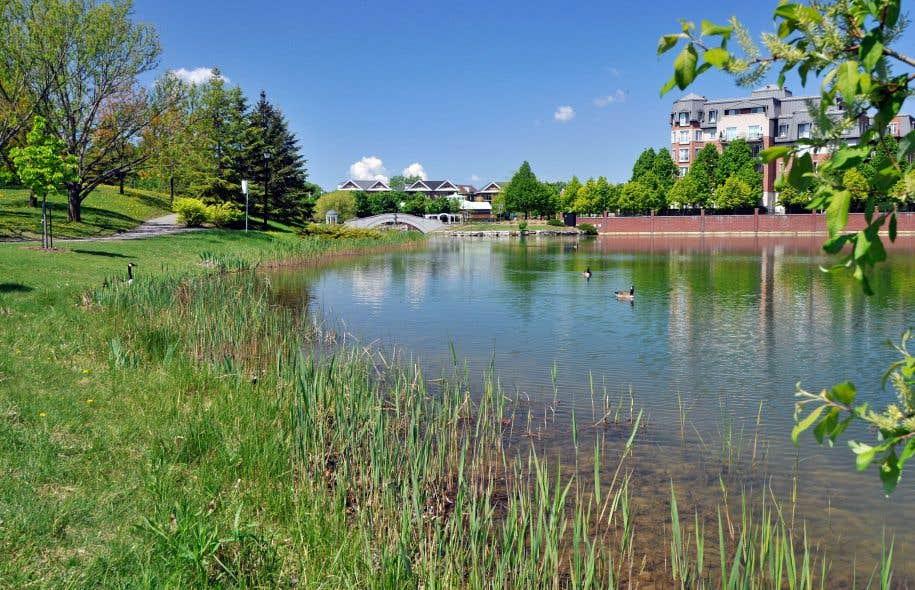 Afin de minimiser les rejets d'eaux pluviales à l'intercepteur municipal, plusieurs bassins d'eaux pluviales à retenues permanentes, comme celui de la Brunante, ont été créés à Saint-Laurent.