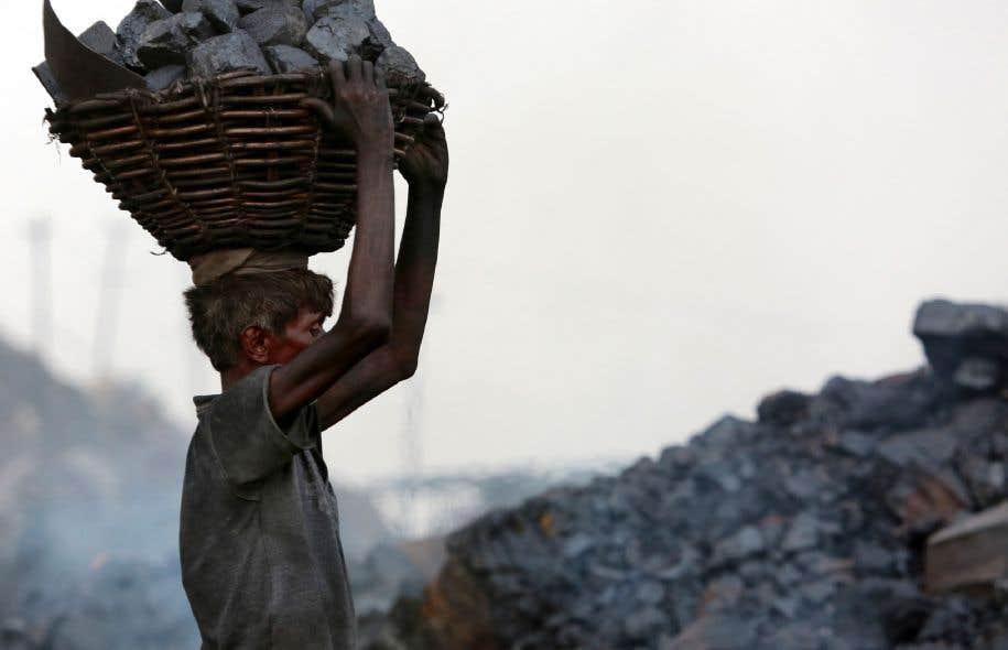 Un Indien transporte du charbon extrait de la mine du district de Dhanbad dans l'État du Jharkhand, en Inde.