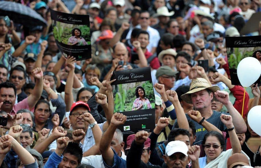 Au Honduras, plusieurs personnes ont assisté aux funérailles de l'activisteBerta Caceres, tuée en mars 2016.