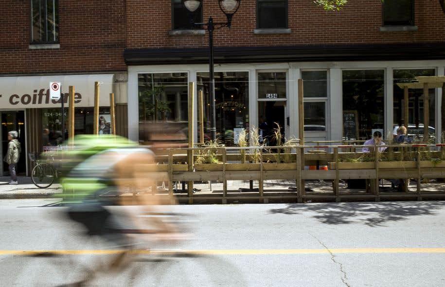 Des commerçants de la rue Ontario craignent que le démantèlement de leur terrasse, exigé par l'organisation de la course de Formule E, leur fasse perdre 85% de leur chiffre d'affaires en pleine saison estivale.