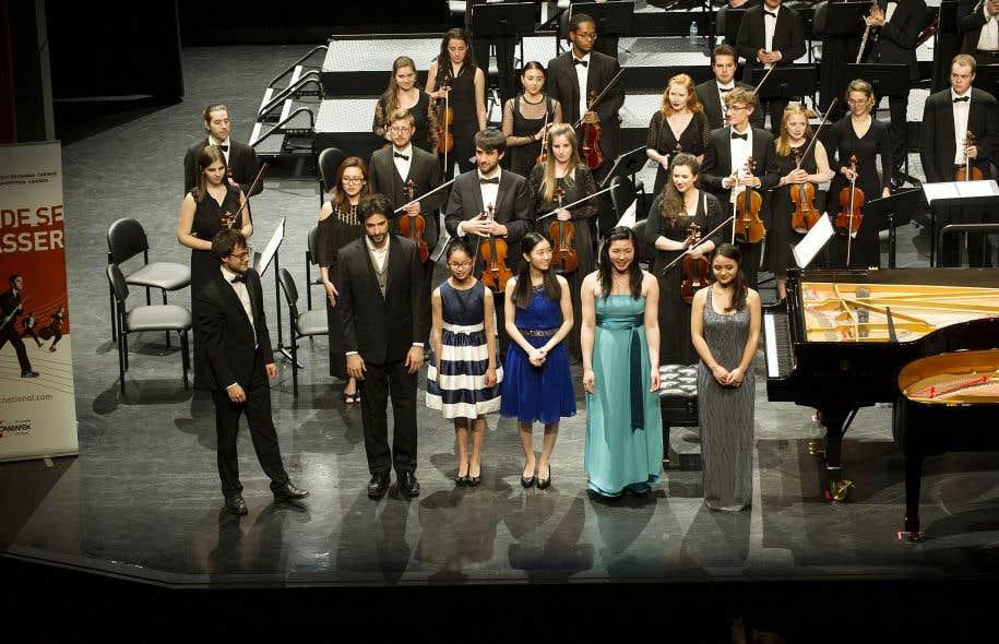 Les lauréats du concours 2017. De gauche à droite: le chef Nicolas Ellis, le pianiste Tristan Longval-Gagné, la pianiste Angela Suet Kee Ng, la pianiste Christine Ke Pan, les pianistes Linda Ruan et Charissa Vandikas.