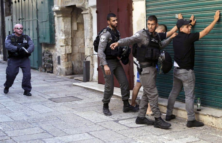 Outre le bouclage de la vieille ville, les barrages aux entrées de Jérusalem ont été renforcés et des renforts aux policiers israéliens, pour les fouilles au corps, ont été déployés vendredi.