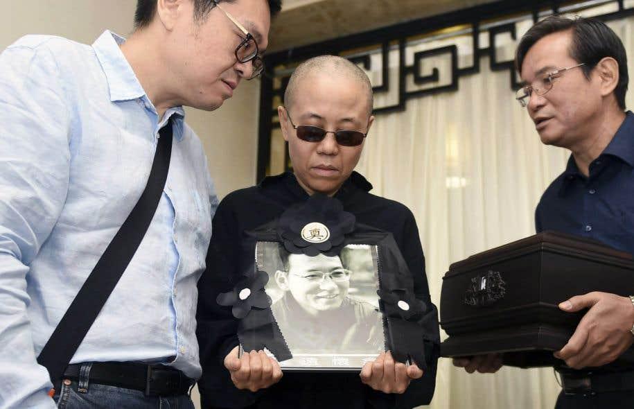 La poétesse Liu Xia (centre), veuve de Liu Xiaobo