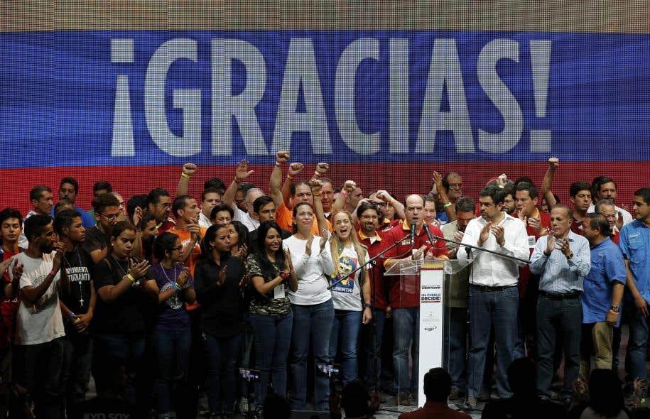 Les dirigeants de l'opposition ont célébré après l'annonce des résultats d'un référendum symbolique à Caracas.