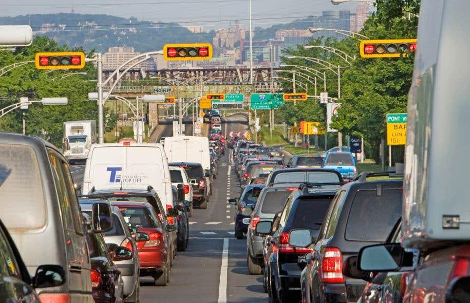 La congestion des autoroutes, des ponts et des grandes artères est récurrente dans la région de Montréal.