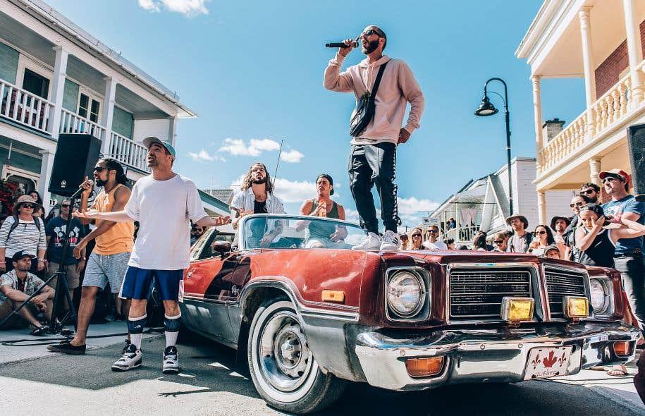 Alaclair a eu droit à son spectacle surprise samedi sur un vieux Dodge Charger de 1976 stationné en plein milieu de la rue.