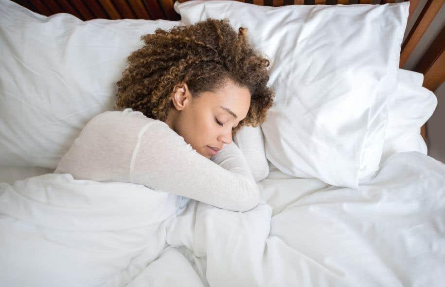 Les chercheurs ont observé que, au réveil, les sujets parvenaient à détecter les répétitions de sons plus aisément lorsque celles-ci leur avaient été présentées durant les phases de sommeil paradoxal.