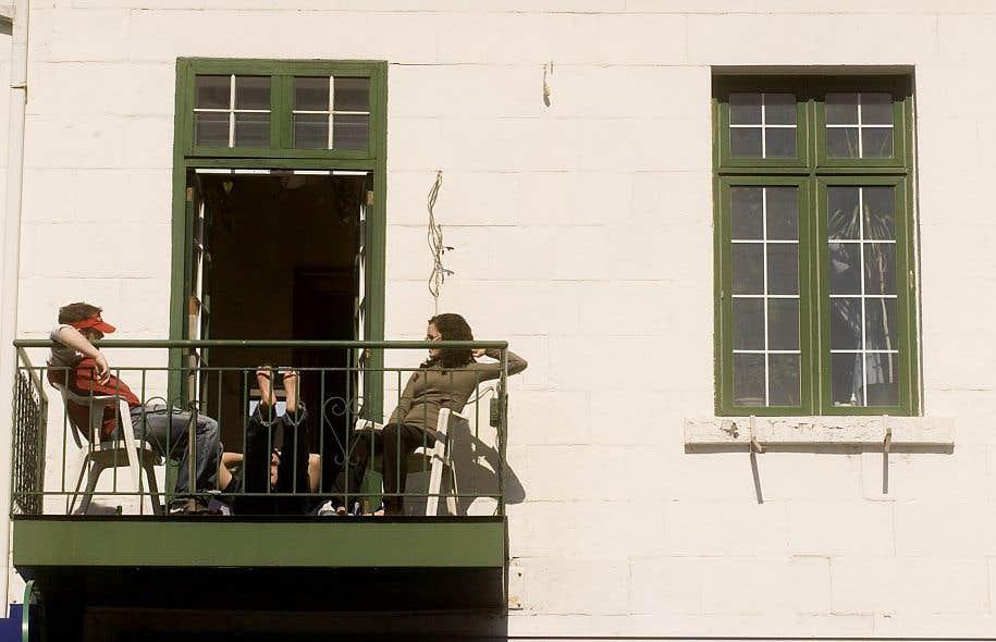 En cette période estivale, on peut apercevoir sur les balcons des amis trinquer, des lecteurs dévorer un bouquin, ou encore des agriculteurs en herbe arroser leur potager urbain.