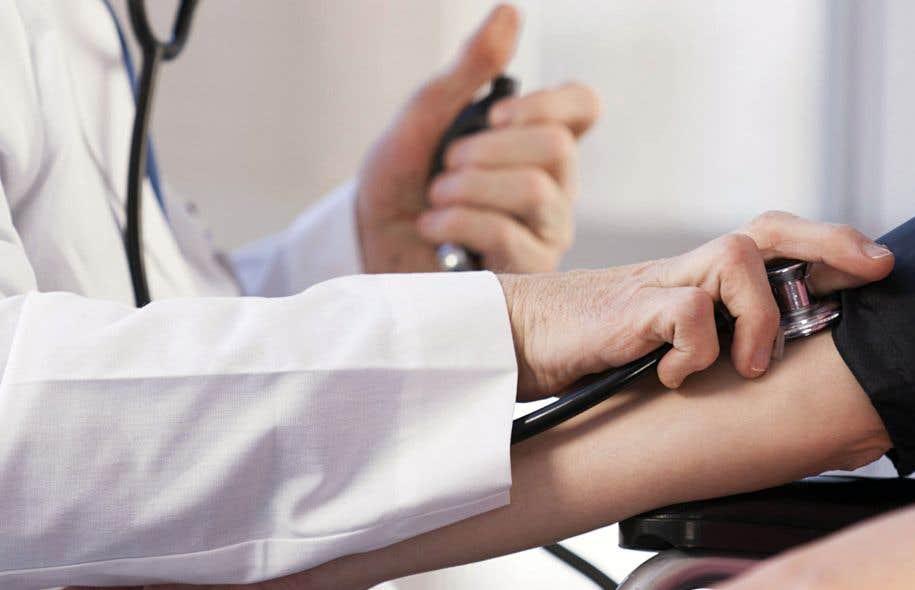 Les médecins prescrivent trop de tests, ce qui nuit non seulement à ceux qui doivent subir des examens et des traitements superflus, mais également aux malades qui auraient besoin de soins que le système de santé n'a pas les moyens de leur offrir en raison notamment du surdiagnostic.