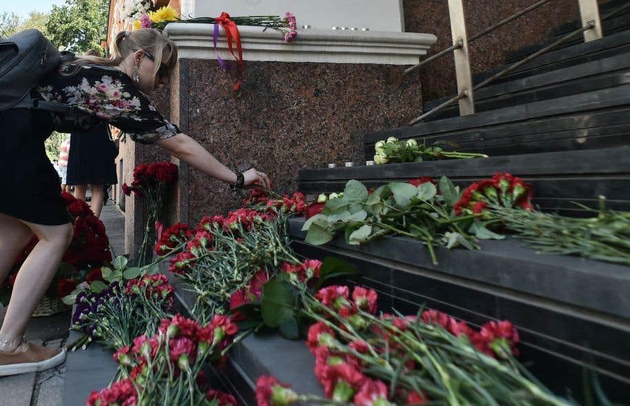 Des fleurs ont été déposées en hommage aux victimes des attaques de Barcelone et Cambrils devant l'ambassade espagnole à Moscou.