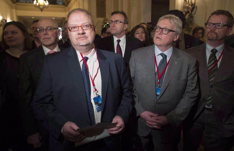 Trois des provinces les plus peuplées du pays — le Québec, l'Ontario et l'Alberta — ont tenu jusqu'au mois de mars. En photo, les ministres de la santé de l'Alberta et du Québec respectivement, Kelvin Goertzen et Gaétan Barrette, alors qu'ils faisaient front commun, en décembre 2016.