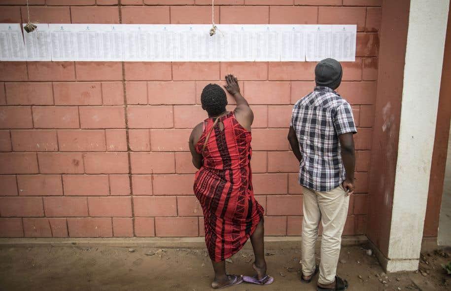 Deux électeurs dans le quartier de Bairro Popular, dans la capitale Luanda, mercredi