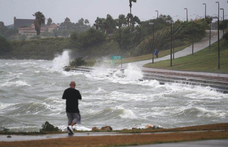<p>Les vents de Harvey se sont renforcés jusqu'à 215 km/h vendredi, forçant les autorités à relever son classement à la catégorie 4, sur une échelle de cinq.</p>