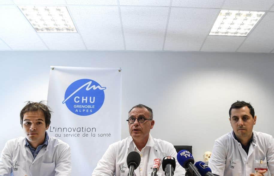 Le chirurgien en chef Denis Corcella, flanqué des chirurgiens assistants Billy Chedal Bornu (gauche) et Mickael Bouyer (droite), en une conférence de presse à l'hôpital de Grenoble