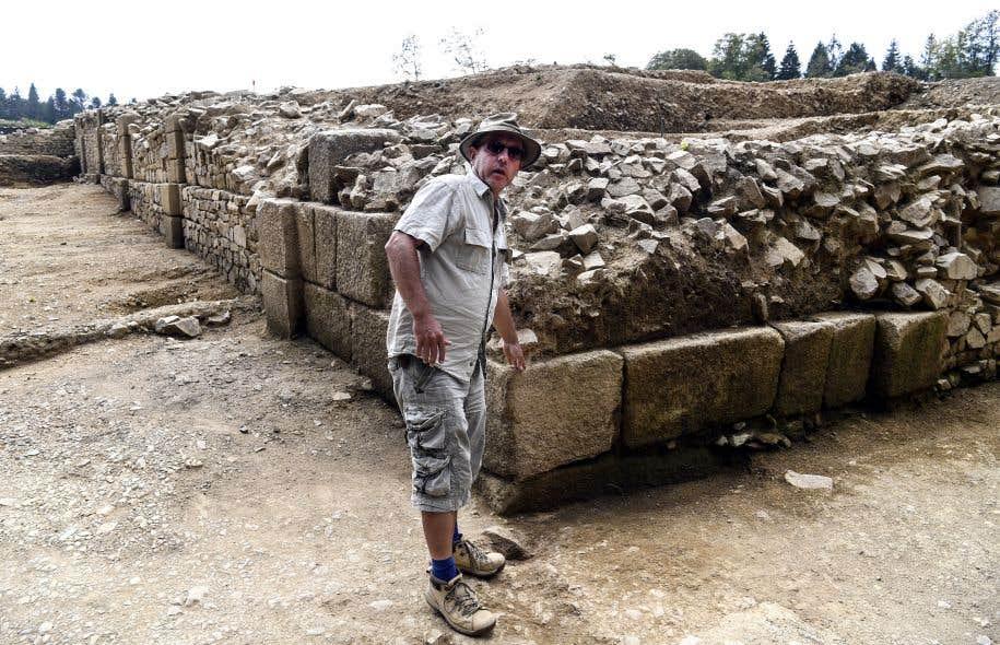 L'archéologue Philippe Barral montre un vestige de la ville fortifiée de Bibracte, ancienne capitale gauloise située en Bourgogne.