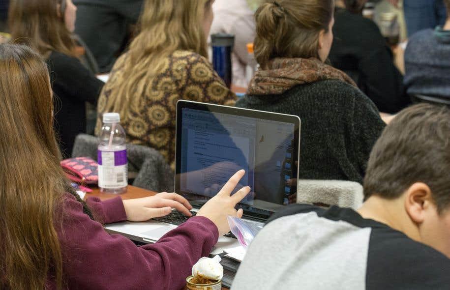 Une proposition de militants péquistes de l'Estrie vise à restreindre l'accès des immigrants au cégep en anglais.