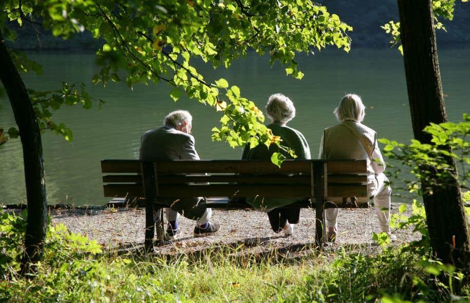 Des retraités dans une parc