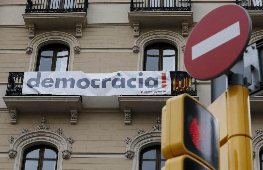 À la question «Voulez-vous que la Catalogne devienne un État indépendant», 41,1 % des Catalans sondés ont répondu «oui» en juin et 49,9 % «non», selon le Centre d'études d'opinion catalan.