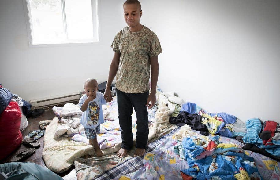 Ozier Elissance et son fils Bladimi accueillent temporairement un ami du père, en attendant que son propre logement soit prêt.