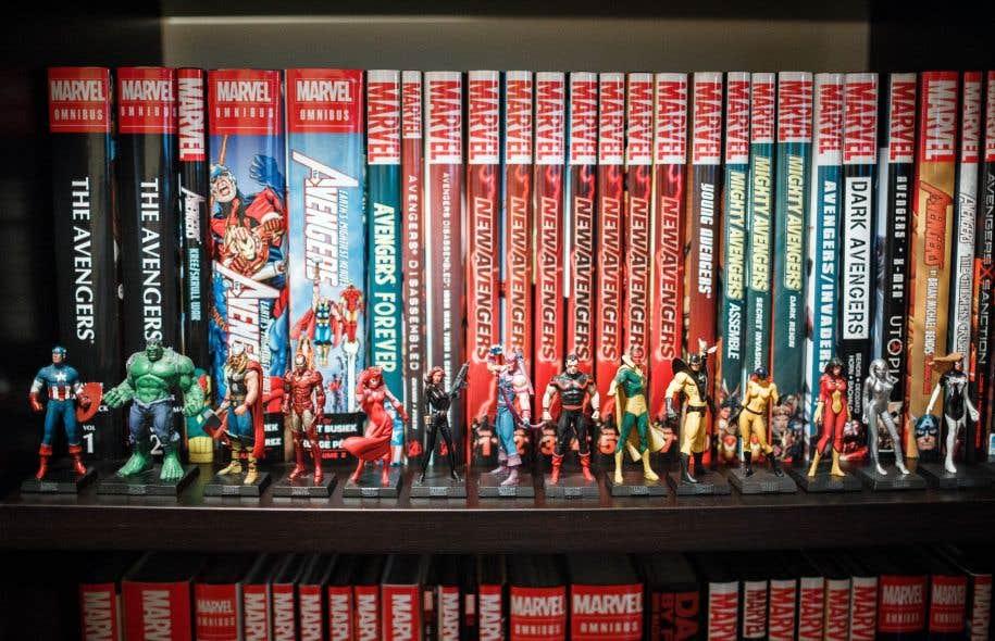 À plusieurs endroits de l'appartement de Robert Ménard trônent des bibliothèques remplies d'anthologies reliées, classées en ordre d'apparition des personnages. Dans l'une d'entre elles, des figurines sont placées devant l'album qui leur correspond.