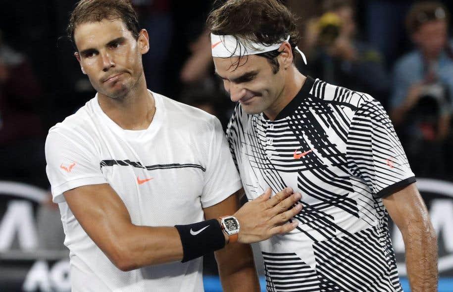 Le 29 janvier dernier, Roger Federer, à droite, se faisait féliciter par Rafael Nadal après avoir remporté la victoire lors des finales pour hommes de l'Open d'Australie.