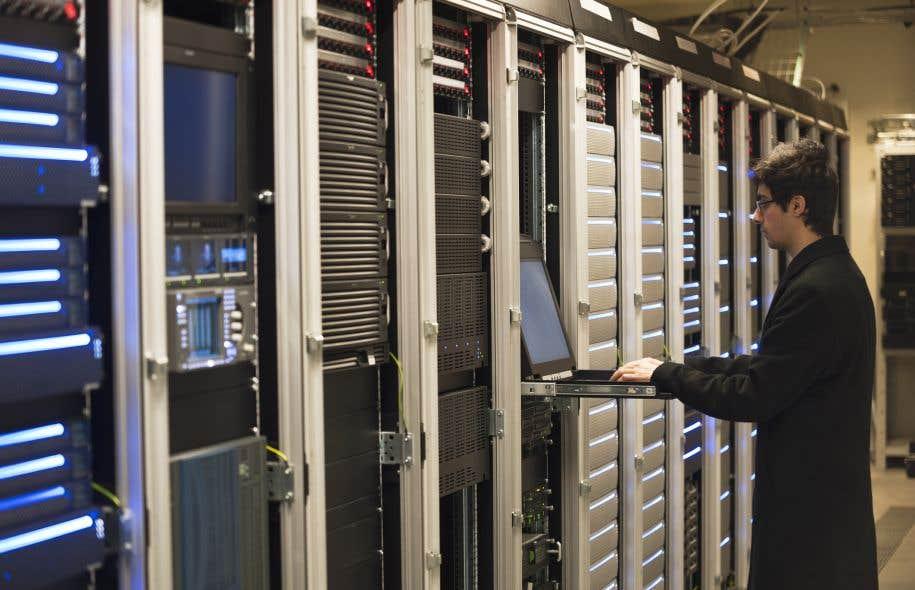 Un technicien informatique dans une salle de serveurs