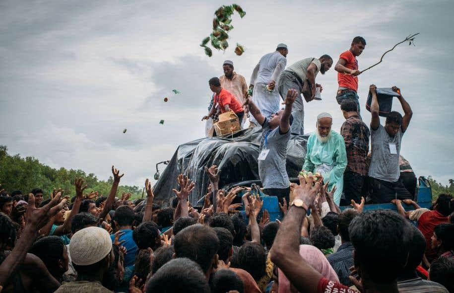 <p>Face à cet afflux qui submerge les capacités d'accueil de cette nation pauvre d'Asie du Sud à majorité musulmane, des citoyens du Bangladesh s'impliquent spontanément pour porter secours aux cohortes de désespérés.</p>