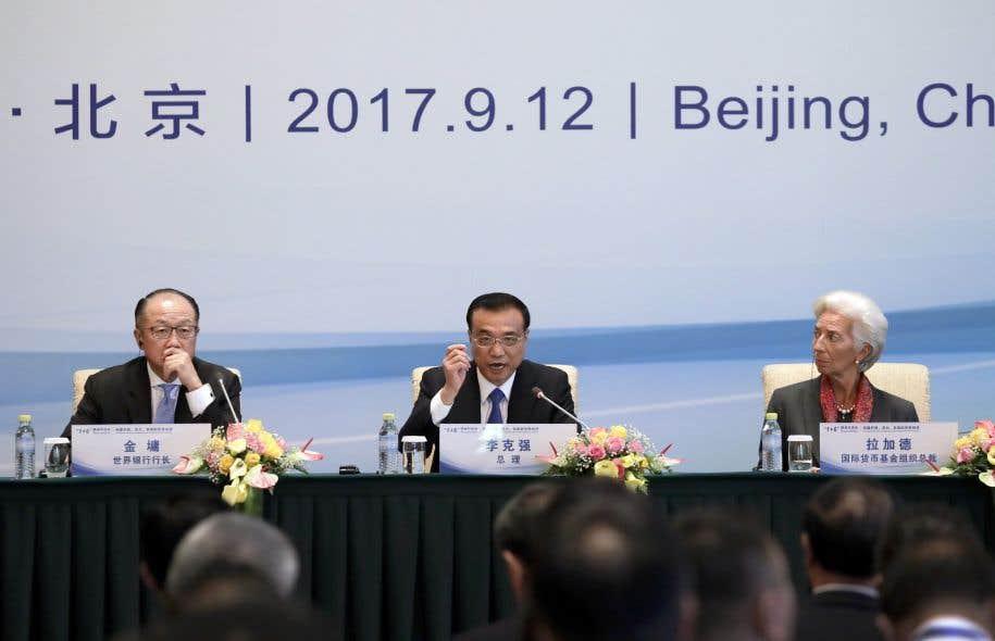 Le premier ministre de la Chine Li Keqiang, au centre, lors d'une table ronde avec la directrice générale du FMI, Christine Lagarde, et le président de la Banque mondiale. Jim Yong Kim.
