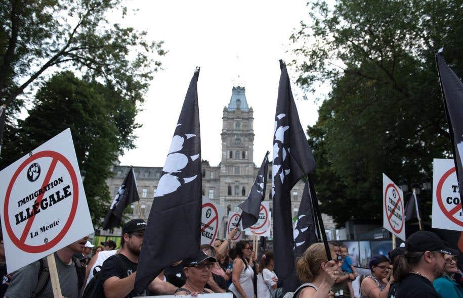 Des membres de La Meute manifestent à Québec. L'une des caractéristiques de la montée de la droite identitaire est qu'elle paraît, aux yeux de plusieurs, plus « acceptable » dans ses débuts.