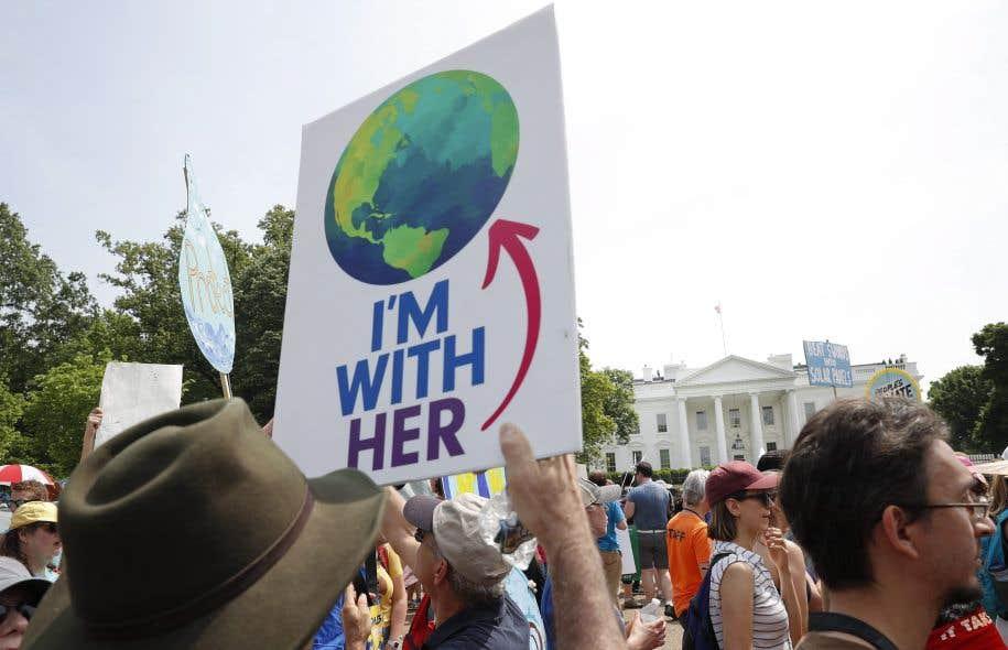 <p>Des manifestants protestent à Washington contre les politiques environnementales du gouvernement Trump.</p>