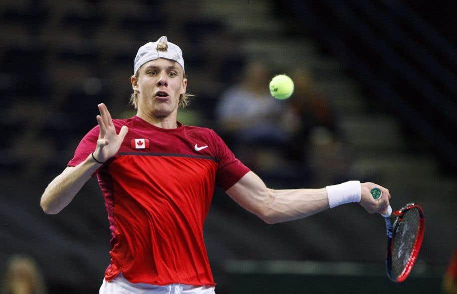 Âgé de 18ans, Shapovalov a porté sa fiche à 18-3 depuis Wimbledon, incluant des victoires contre Rafael Nadal et Juan Martin del Potro à la Coupe Rogers et Jo-Wilfried Tsonga aux Internationaux des États-Unis.