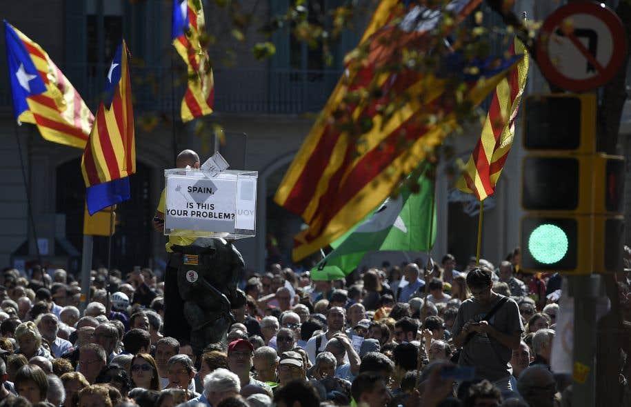 Des milliers de personnes se sont rassemblées dans le centre de Barcelone pour protester contre les arrestations.