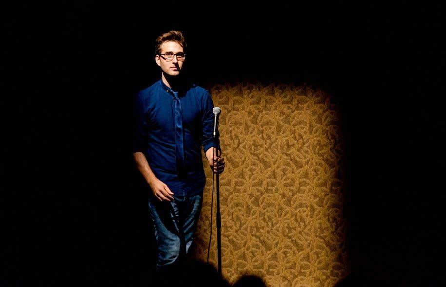 Le comédien François-Simon Poirier doit habiter avec présence d'esprit le temps de la pièce, ce qu'il accomplit avec naturel et allant.