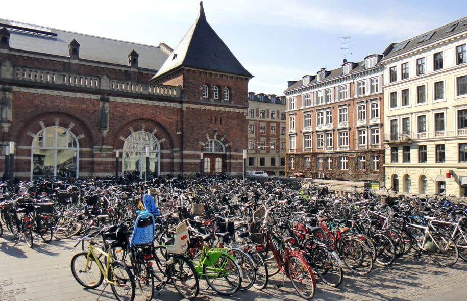 À Copenhague, l'aménagement d'immenses stationnements de vélos près des gares est un puissant incitatif à l'usage du transport en commun.