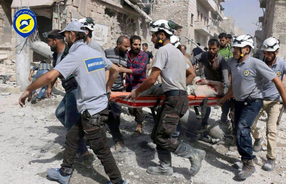 Au péril de leur vie, les membres de la Défense civile syrienne, surnommés les Casques blancs, volent chaque jour au secours des victimes de la guerre dans leur pays.