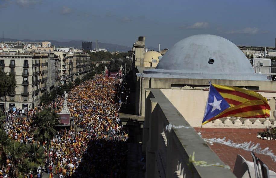 Un drapeau catalan surplombe une manifestation des opposants à l'indépendance, à Barcelone, dimanche le 8 octobre.