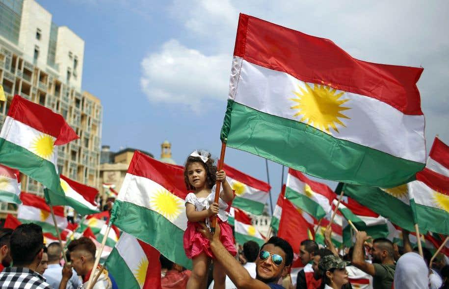 Des gens participant à une manifestation d'appui au référendum kurde à Beyrouth, au Liban. La langue kurde, parlée par plus de 25millions de personnes, est menacée à cause de l'assimilation des groupes kurdes aux politiques des pays avec lesquels ils sont liés par les aléas de l'Histoire.