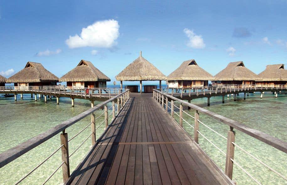 Des bungalows hôteliers sur pilotis dans l'île de Bora-Bora, en Polynésie française